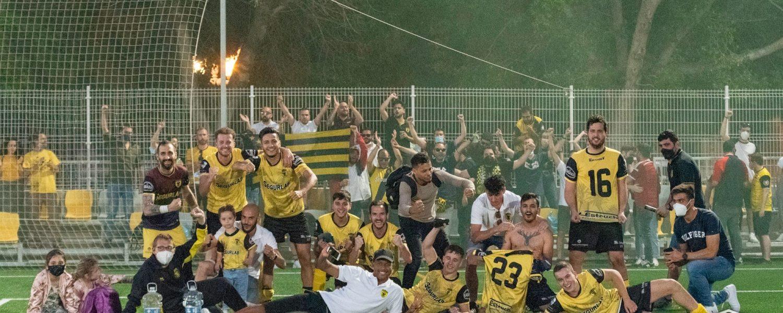 jugadores del orihuela deportiva celebran victoria